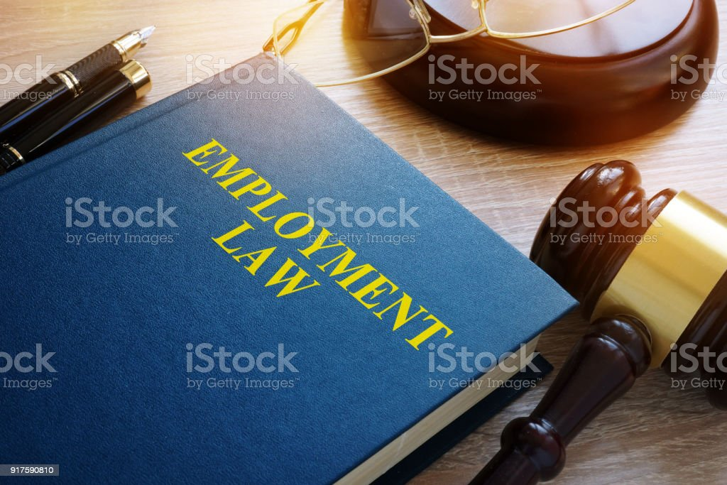 Concept d'emploi de droit. Livre et marteau sur un bureau. photo libre de droits