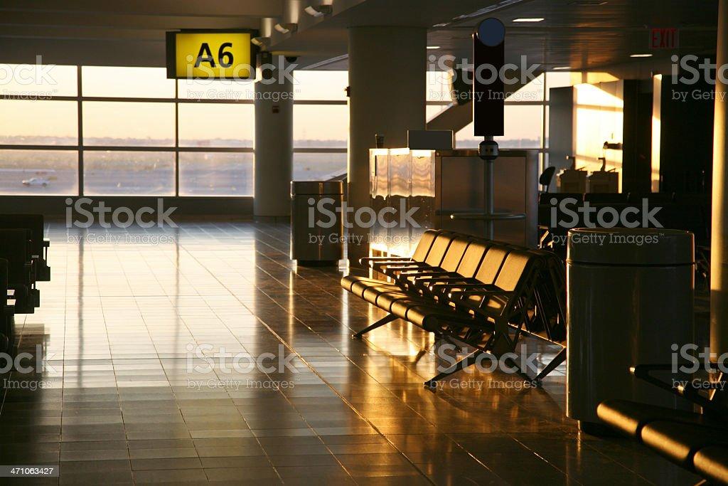 Vacío aeropuerto en Sunrise sala de estar - foto de stock