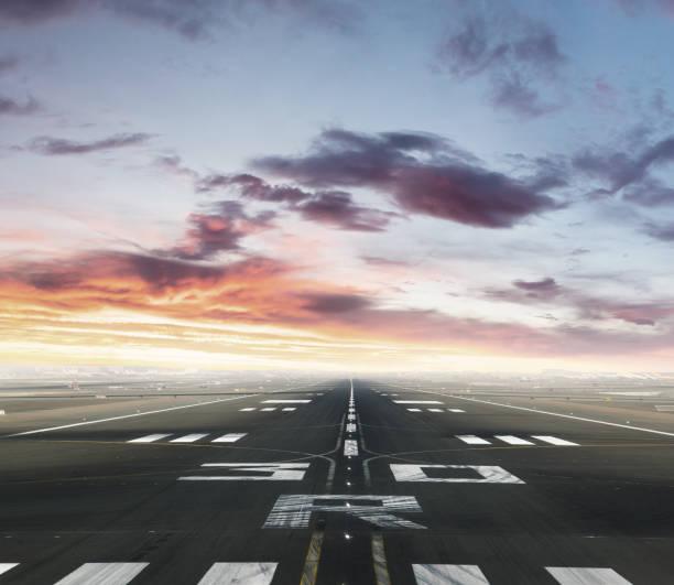 Leere Start-und Landebahn in Sonnenuntergang – Foto