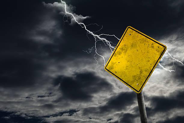 пустые и грязные дороги знак с городским фон - lightning стоковые фото и изображения