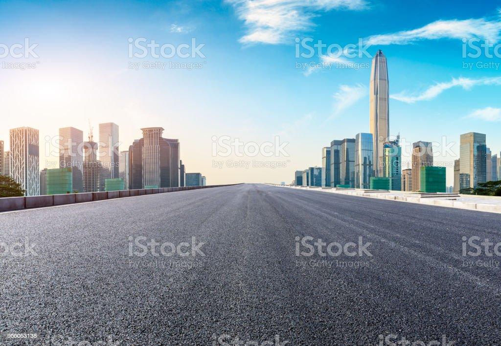 Tom asfaltvägen och moderna stadens silhuett i Shenzhen - Royaltyfri Arkitektur Bildbanksbilder
