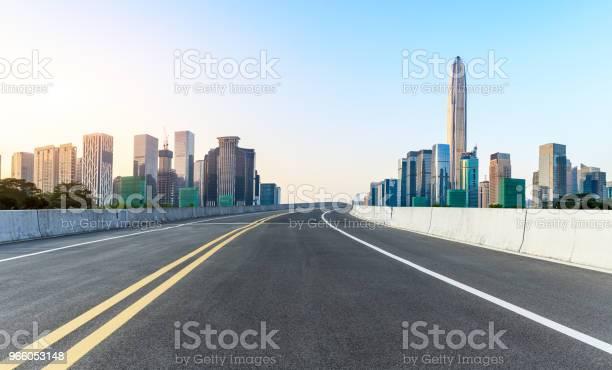 Пустая Асфальтовая Дорога И Современный Городской Горизонт В Шэньчжэне — стоковые фотографии и другие картинки Автострада