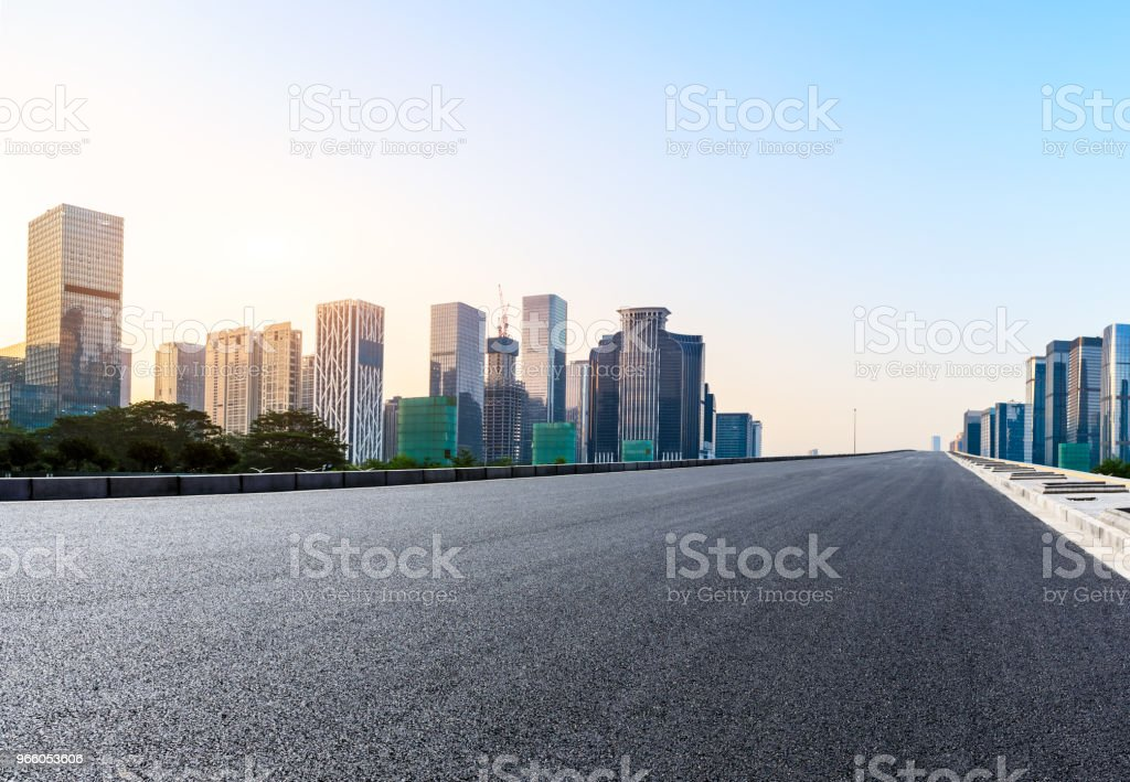 Пустая асфальтовая дорога и современный городской горизонт в Шэньчжэне - Стоковые фото Автострада роялти-фри