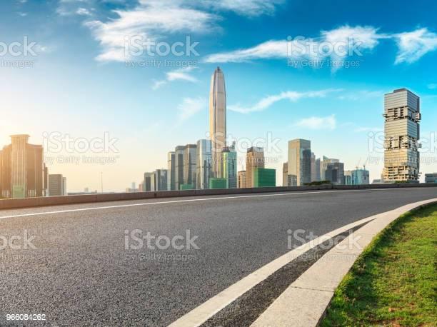 Tom Asfaltvägen Och Moderna Stadens Silhuett I Shenzhen-foton och fler bilder på Arkitektur
