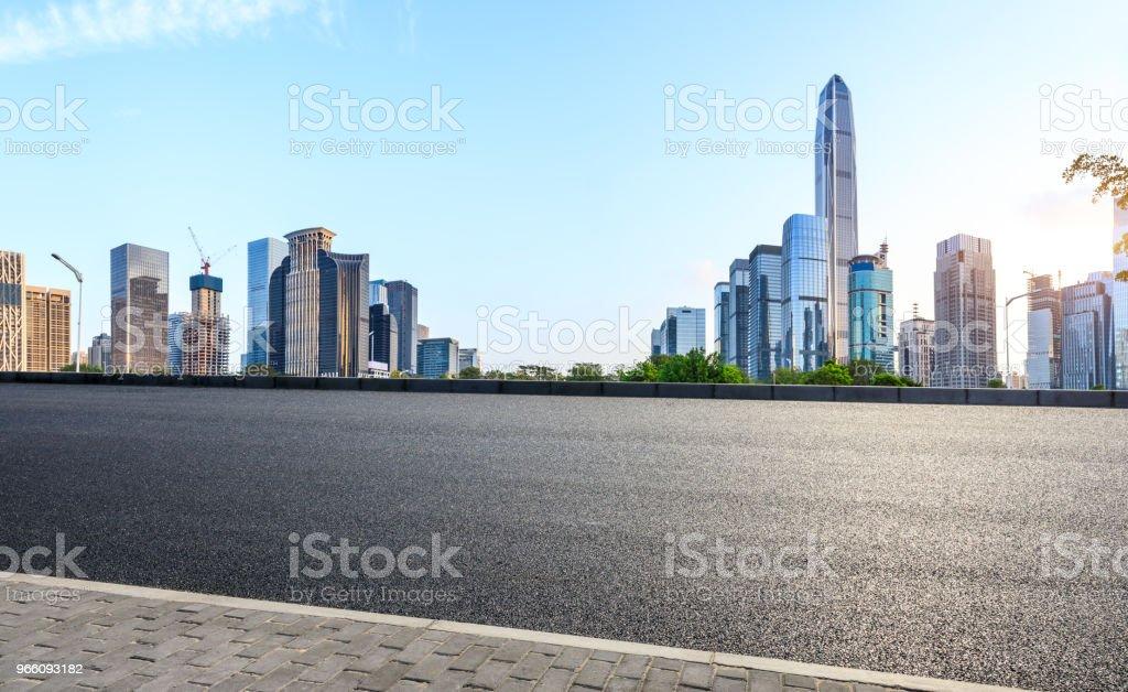 Empty asphalt road and modern city skyline in Shenzhen - Стоковые фото Автострада роялти-фри