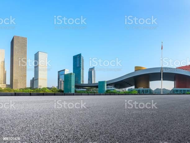 Lege Asfaltweg En Moderne Skyline In Shenzhen Stockfoto en meer beelden van Achtergrond - Thema