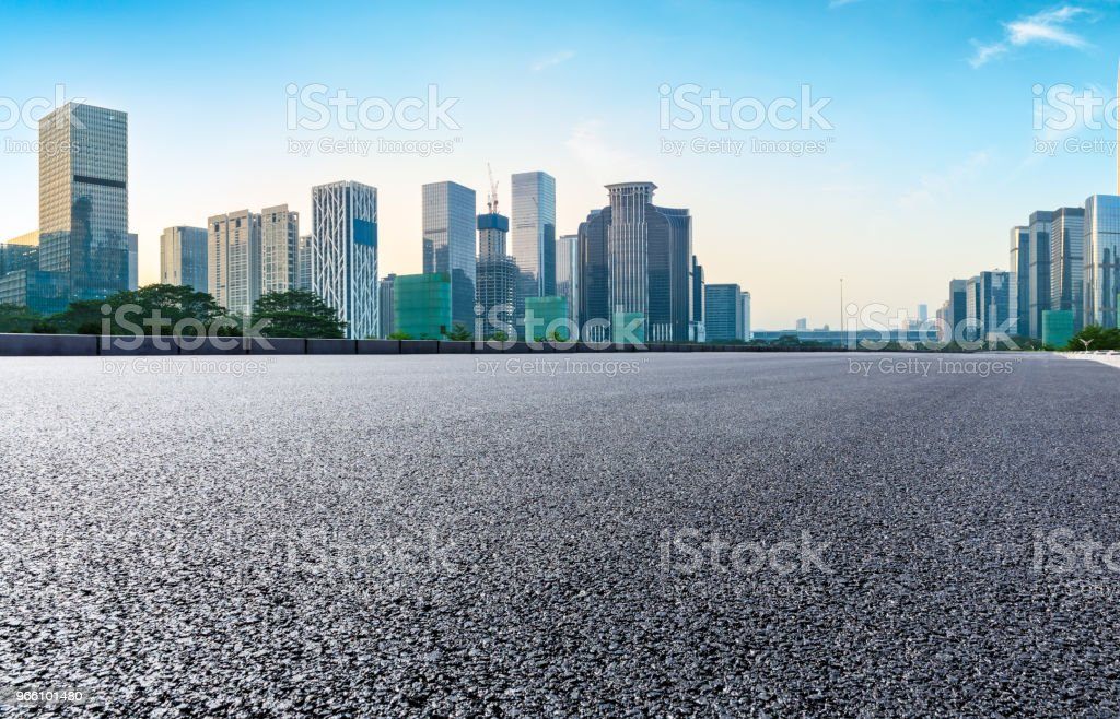 Empty asphalt road and modern city skyline in Shenzhen - Стоковые фото Автострада роялти-фри