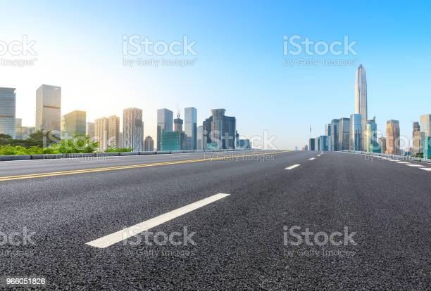 Пустая Асфальтовая Дорога И Современная Панорама Горизонта Города В Шэньчжэне — стоковые фотографии и другие картинки Автострада