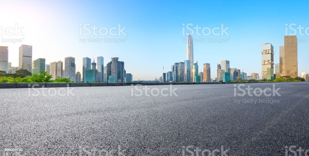Tom asfaltvägen och moderna city skyline panorama i Shenzhen - Royaltyfri Arkitektur Bildbanksbilder