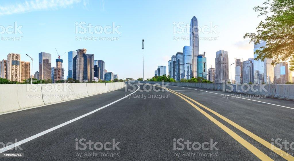 Lege asfaltweg en moderne stad skyline panorama in Shenzhen - Royalty-free Achtergrond - Thema Stockfoto