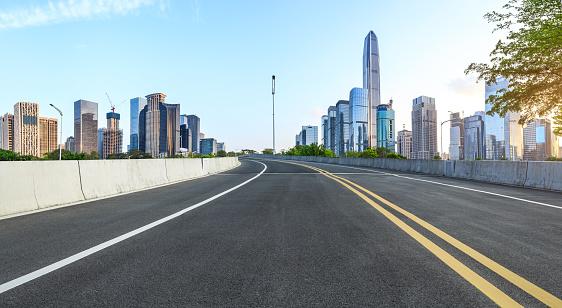 Lege Asfaltweg En Moderne Stad Skyline Panorama In Shenzhen Stockfoto en meer beelden van Achtergrond - Thema