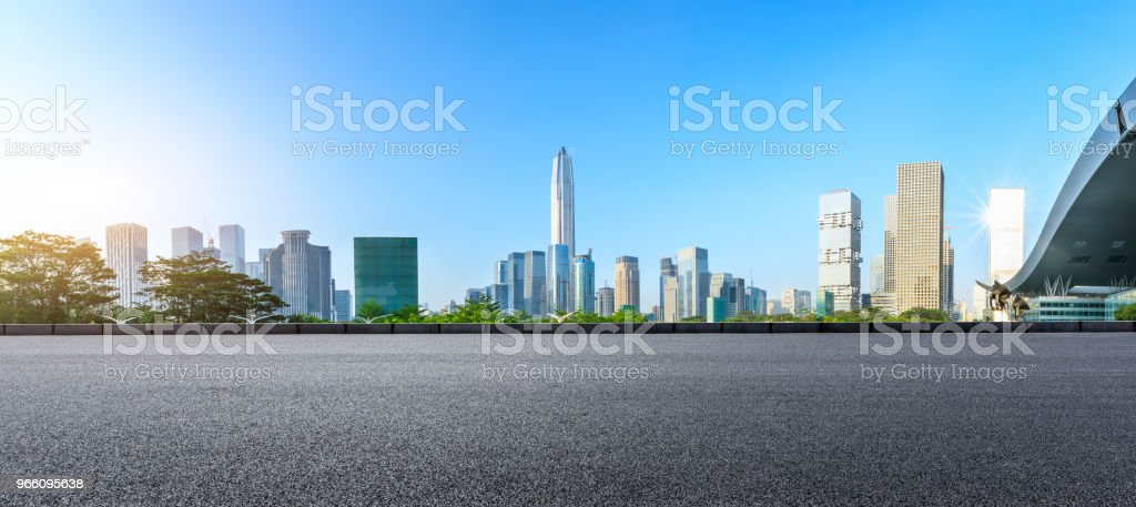 Empty asphalt road and modern city skyline panorama in Shenzhen - Стоковые фото Автострада роялти-фри