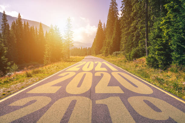 Leere Asphaltstraße und Neujahr 2019, 2020, 2021 Konzept. Fahren auf einer leeren Straße in den Bergen kommende 2019, 2020, 2021 und verlassen hinter Jahre alt. Konzept für Erfolg und Weitergabe. – Foto