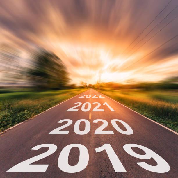 Carretera vacía y 2019 año nuevo concepto. Conduciendo por una carretera vacía a metas 2019. - foto de stock