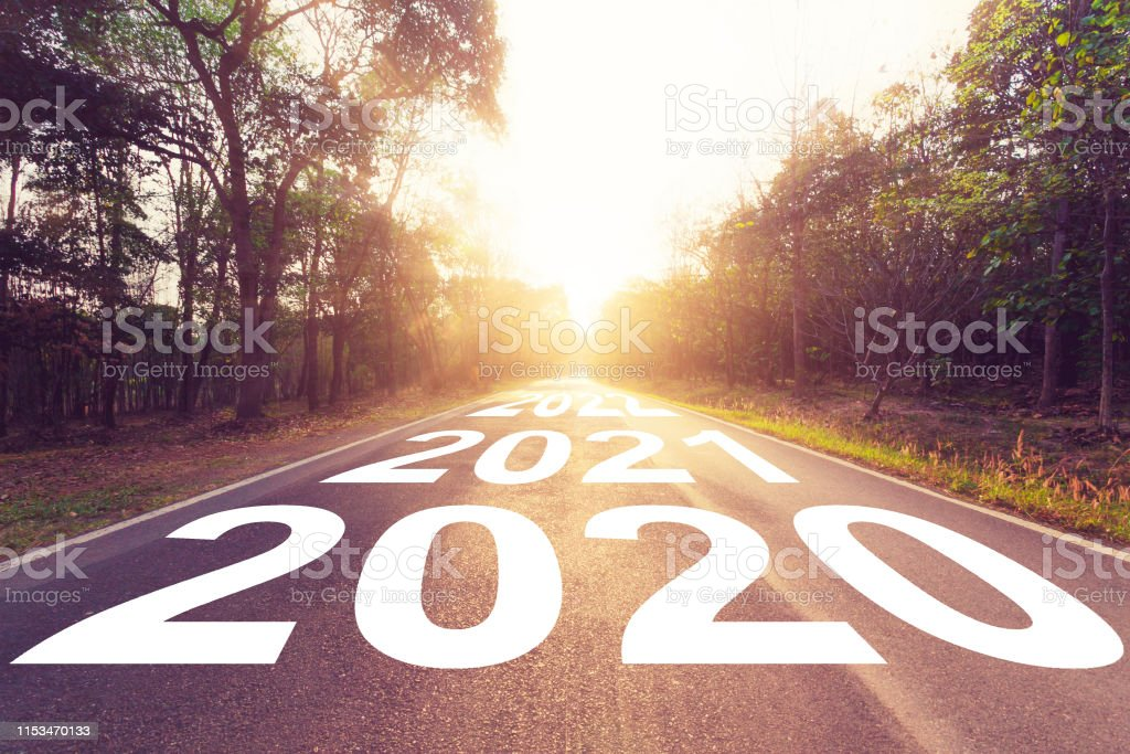 Estrada asfaltada vazia e conceito do ano novo 2020. Dirigindo em uma estrada vazia para gols 2020. - Foto de stock de 2020 royalty-free