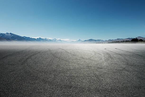 Leere Asphaltstraße mit dem Titel mit Schnee-Berge – Foto