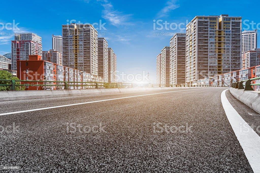 empty asphalt road with cityscape and skyline of Shanghai foto stock royalty-free