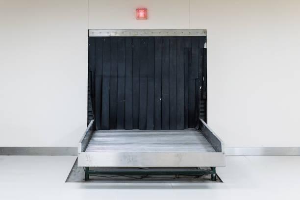 lege bagage-carrousel op internationale luchthaven - airport pickup stockfoto's en -beelden