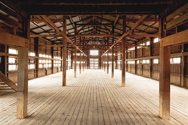 interior de um celeiro - celeiros - fotografias e filmes do acervo