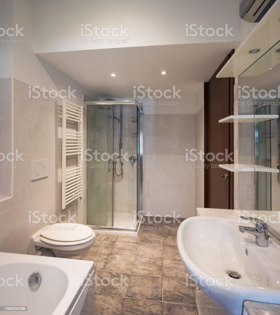 Salle De Bain Avec Baignoire photo libre de droit de vide salle de bain avec baignoire et