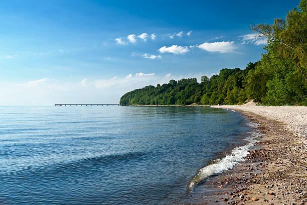 Playa vacía en el mar y a la bahía - foto de stock