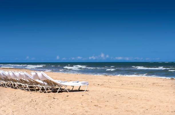 Leere Strandkörbe am Strand von Puerto Rico – Foto