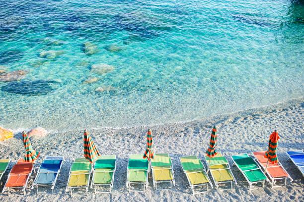 Leerer Strand mit geschlossenen Sonnenschirmen an der italienischen Küste – Foto