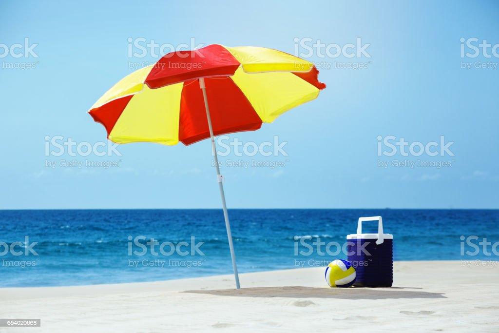 Playa vacía con paraguas mar joyas - foto de stock