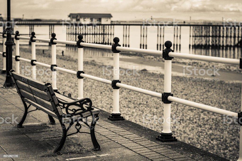 Playa con vistas al Banco junto a la playa vacía. - foto de stock