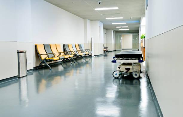Leeres Bett und Sitze im Krankenhausflur – Foto