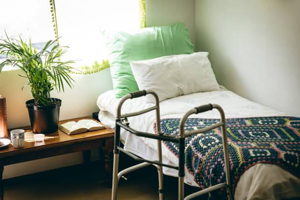 Leeres Bett und Wanderer im Schlafzimmer im Altersheim – Foto
