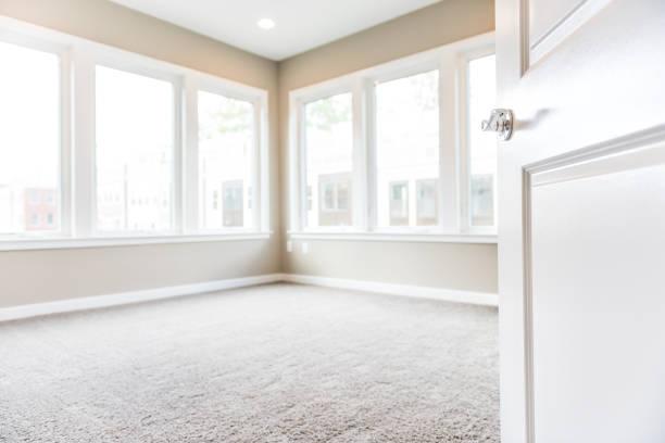 新しいモダンな高級アパートの多くの大きな窓、明るい光のカーペットと自宅で空の寝室の入り口 ストックフォト