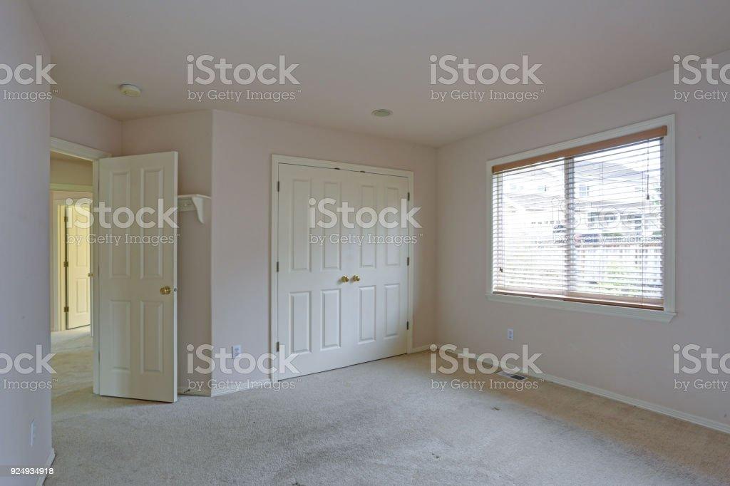 Leere Schlafzimmer Mit Creme Farbe Farbe Wände Stockfoto und ...