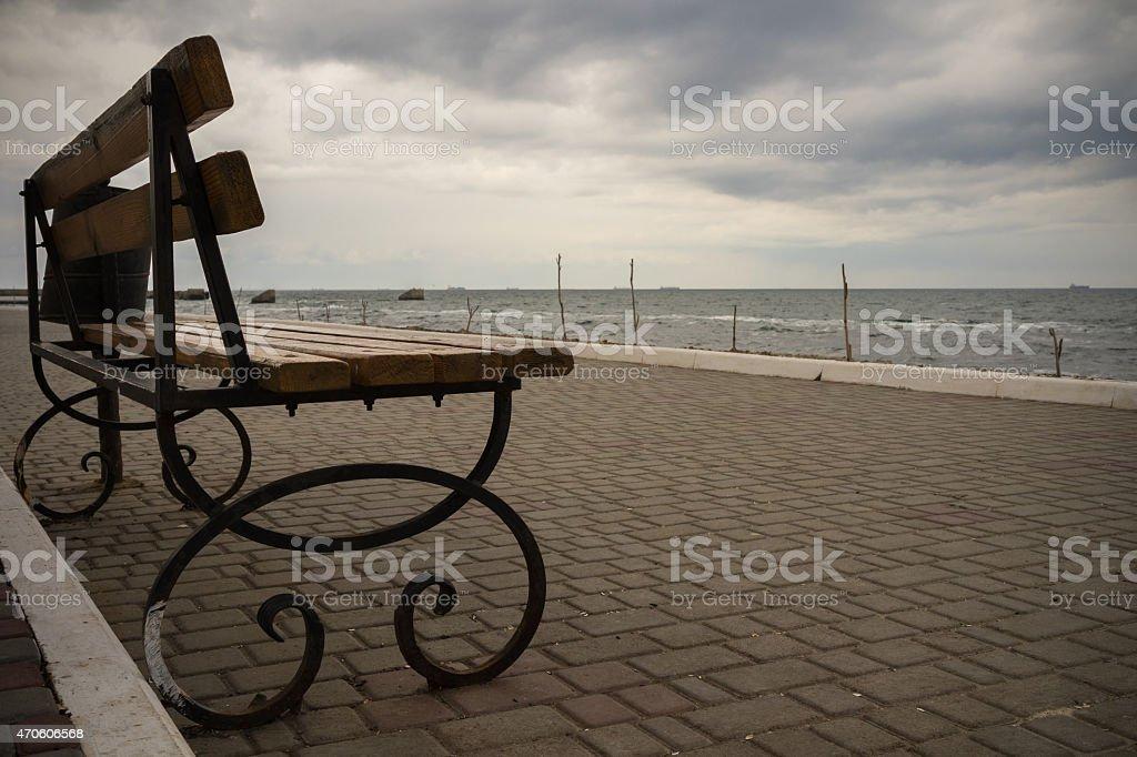 Banco de vacío en la costanera en Clima nublado - foto de stock