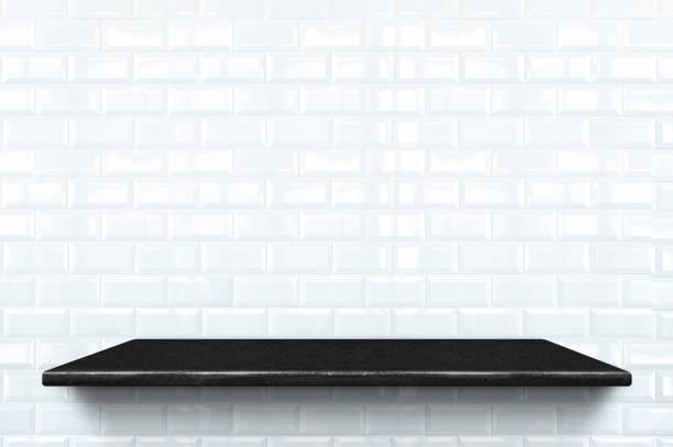 leeren schwarzen marmor regal in weißer keramik fliese wand muster hintergrund, mock für anzeige oder montage von produkt oder design. - regal schwarz stock-fotos und bilder