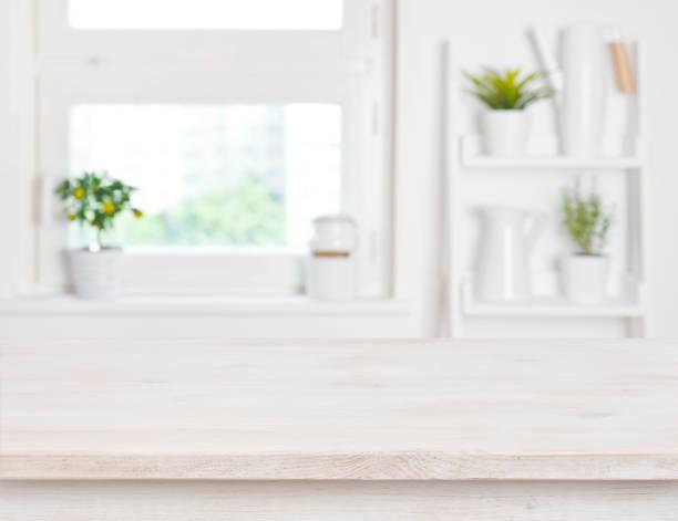 leeres gebleichtes holzes tisch und küche fenster regale unscharfen hintergrund - küche deko grün stock-fotos und bilder