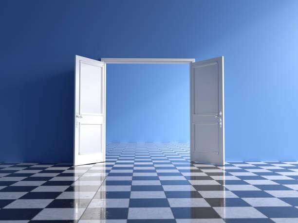 leereblaue Innenausstattung mit offener Doppeltür und Schachboden – Foto