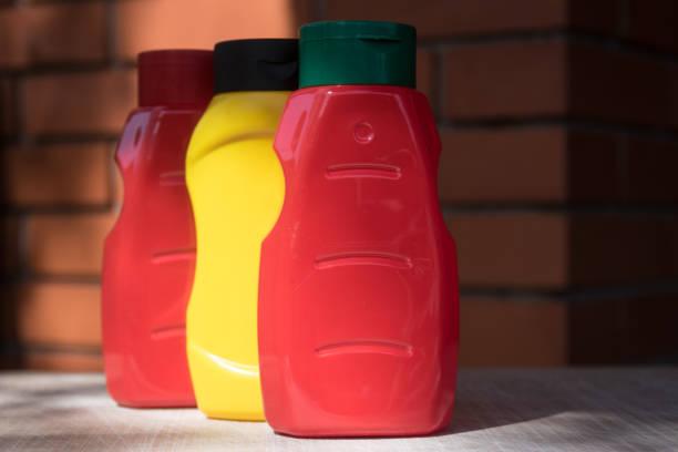frasco vazio da ketchup e da mostarda - squeeze bottle - fotografias e filmes do acervo