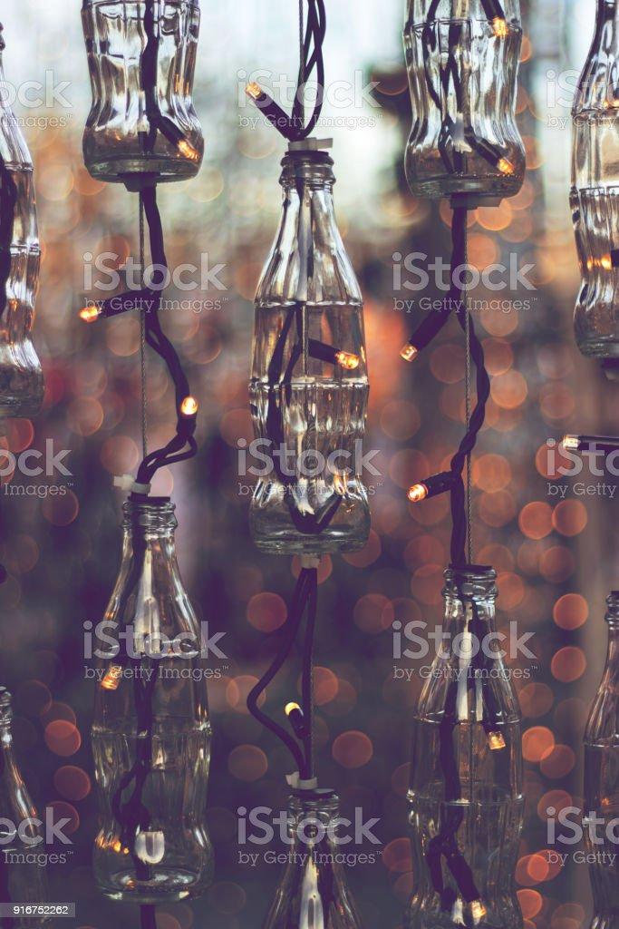 Weihnachtsbeleuchtung Außenbereich.Leere Flaschen Und Weihnachtsbeleuchtung Außenbereich Als