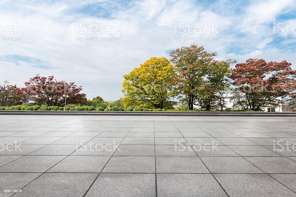 empty brick floor near park in cloud sky – Foto