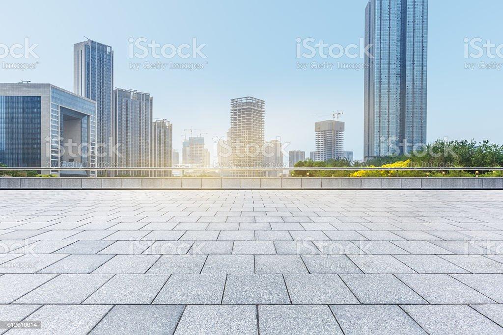 empty brick floor with city skyline background – Foto