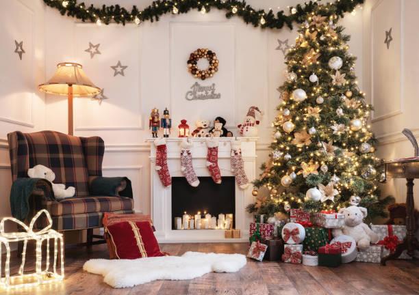 leere helles weihnachten zimmer - kamin wohnzimmer stock-fotos und bilder