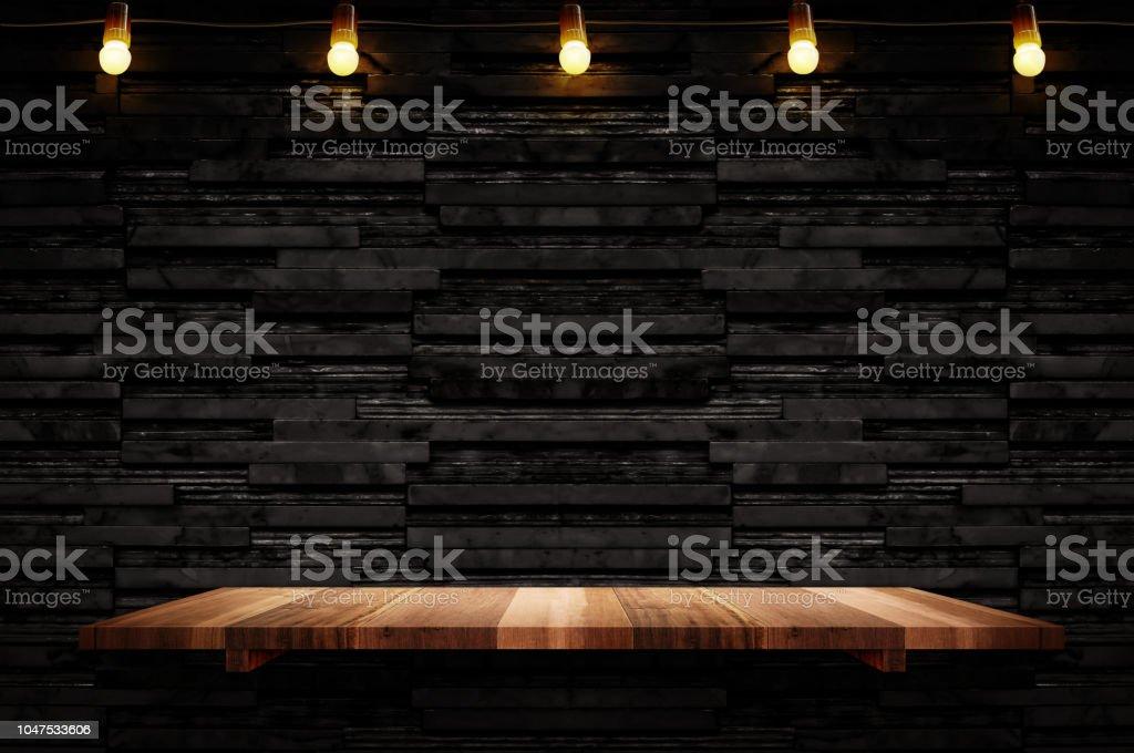 Vider la tablette en bois brun planche à fond de couche noire tuile de marbre mur, Mock pour affichage ou montage de produit ou de la conception - Photo de Affaires libre de droits