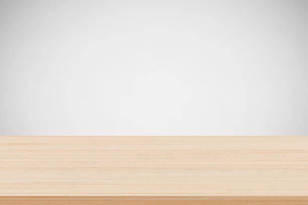 Leere braune Holz Tischplatte auf grauem Hintergrund. Für Product-Placement oder Montage eingesetzt. – Foto