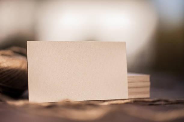 cartes de visite vide sur la table en bois - business card mock up photos et images de collection