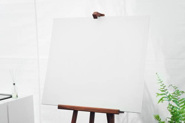 leere leinwandplatte im weißen raum - arbeitsplatz verlassen stock-fotos und bilder