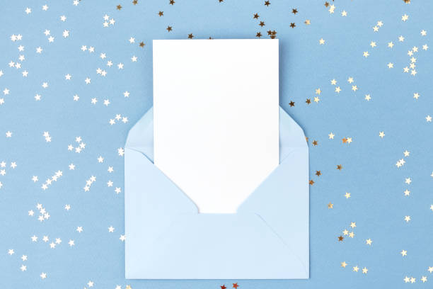 빈 카드 파란색 봉투에. - 초대장 뉴스 사진 이미지