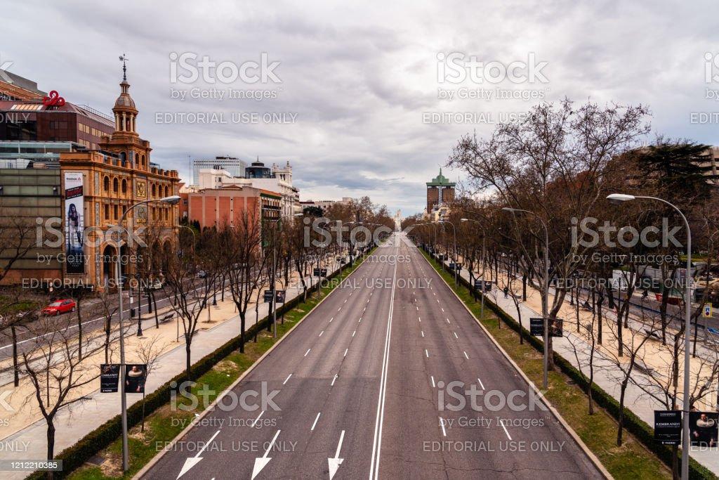 Avenida Castellana vacía durante el brote de Covid-19 en Madrid - Foto de stock de COVID-19 libre de derechos