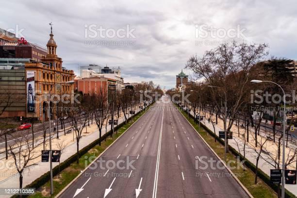 Avenida Castellana Vacía Durante El Brote De Covid19 En Madrid Foto de stock y más banco de imágenes de COVID-19