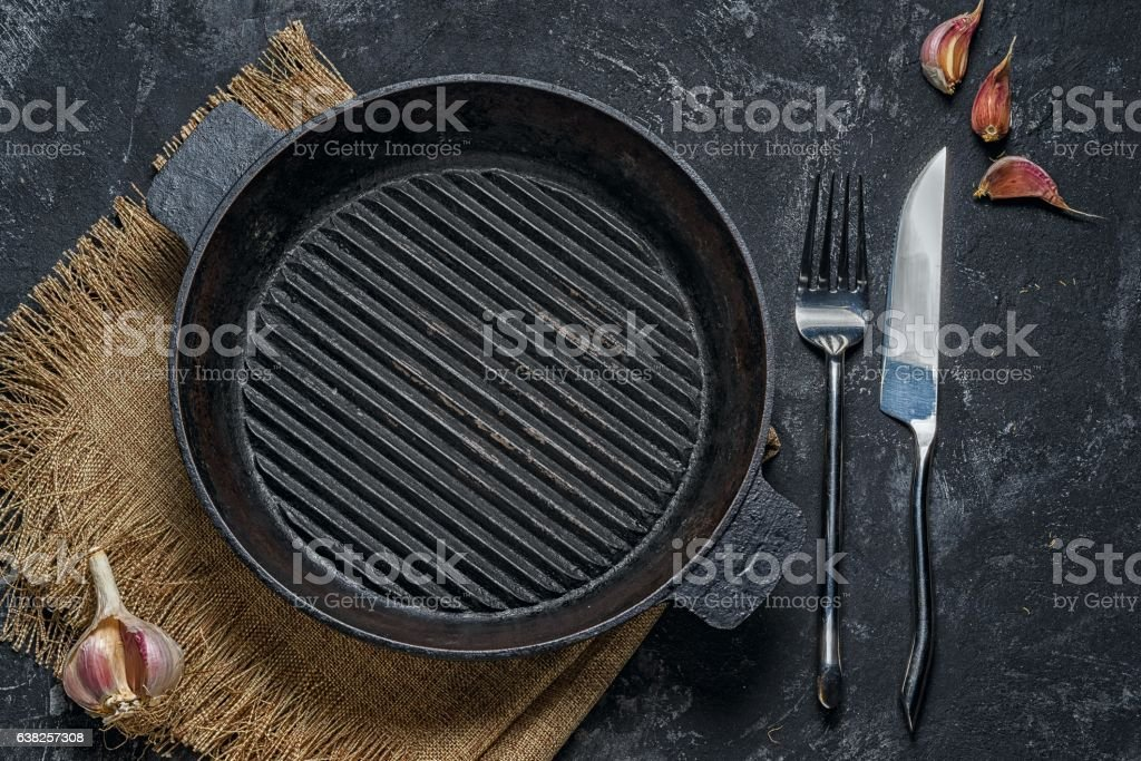 Empty cast-iron grill pan top view.​​​ foto